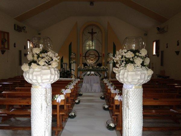 addobbi floreali dentro una chiesa
