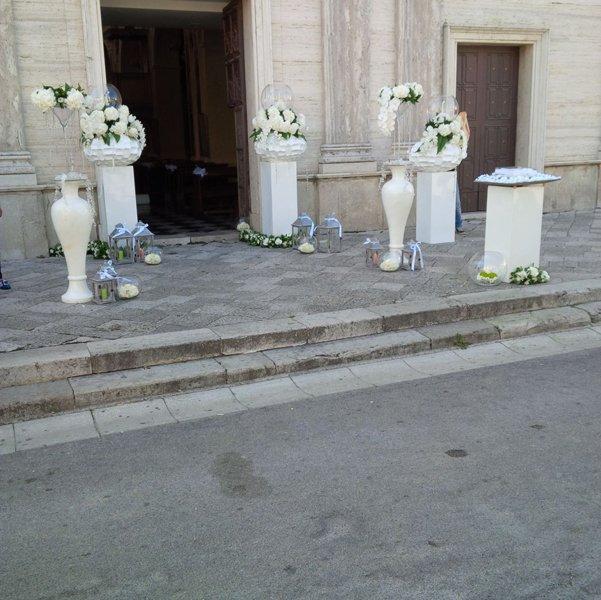 addobbi floreali fuori una chiesa