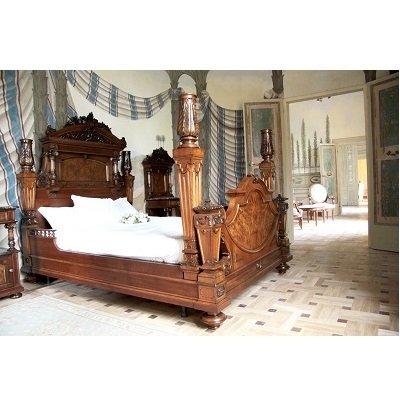 letto in legno intagliato
