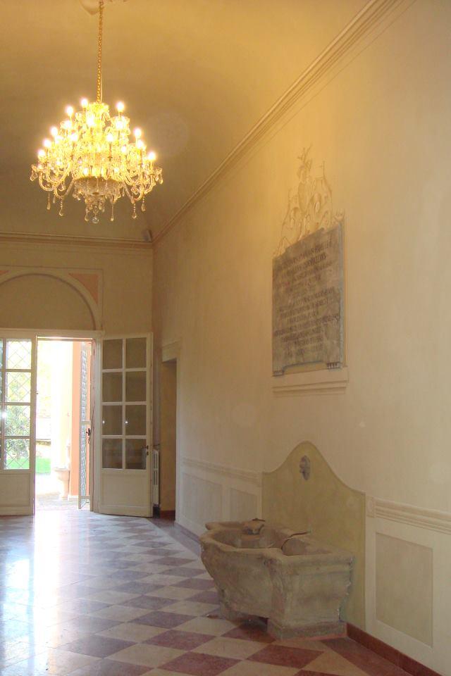interno di una villa lussuosa con lampadario accesso