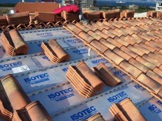 Posa delle coperture dei tetti con tegole tradizionali.