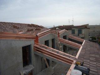 Rifacimento tetti con tegole tradizionali.