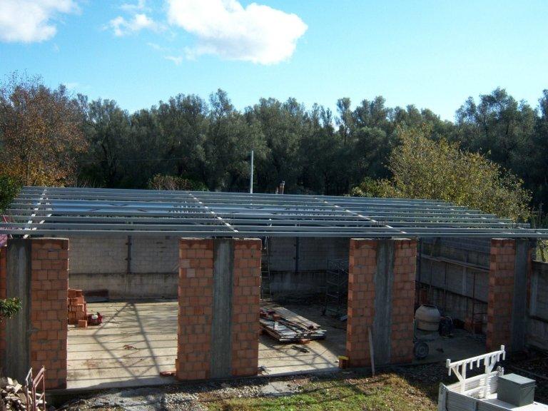 La posa del tetto per le autorimesse