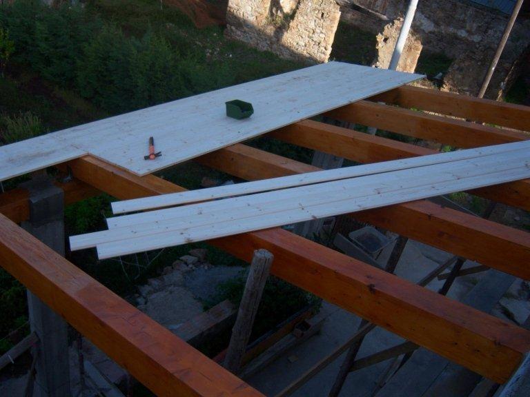 Realizziamo e montiamo le travi portanti in legno.