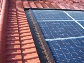 Posa strutture e pannelli fotovoltaici.