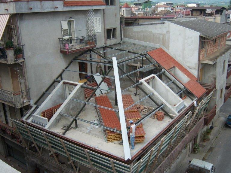 Il lavoro di carpenteria prima della posa del tetto