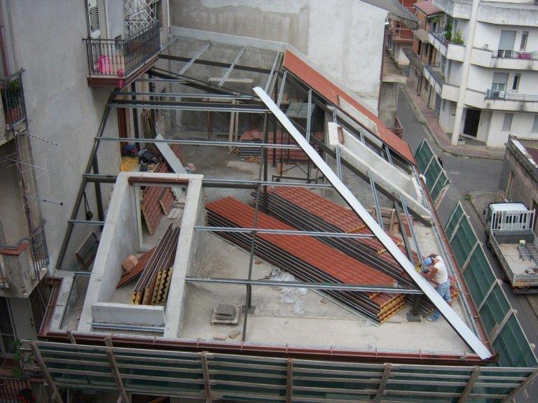 Il montaggio delle strutture portanti per la posa del tetto