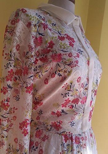 una camicia bianca a fiori rosa e gialli