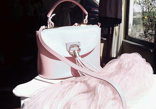una borsetta rosa