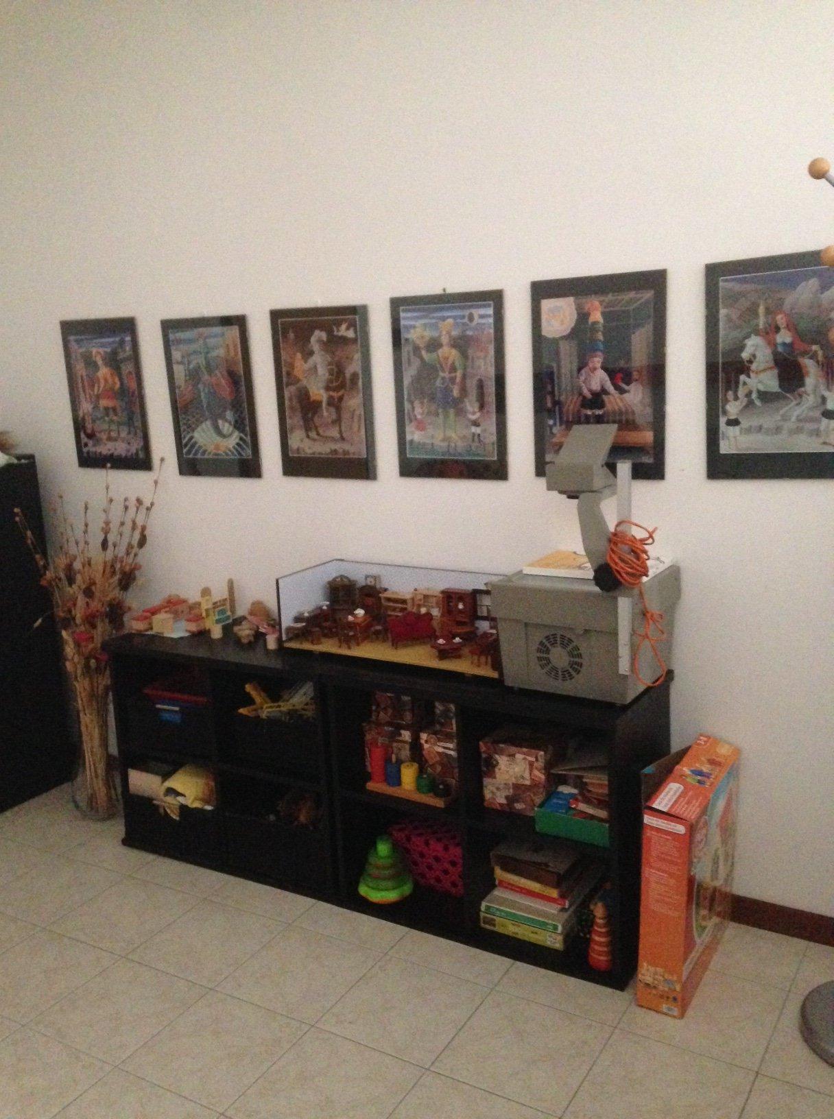 Mobile pieno di giocattoli e tabelle per la parete