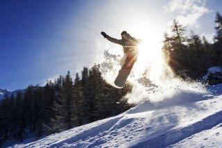 Turista fa sport sulla neve