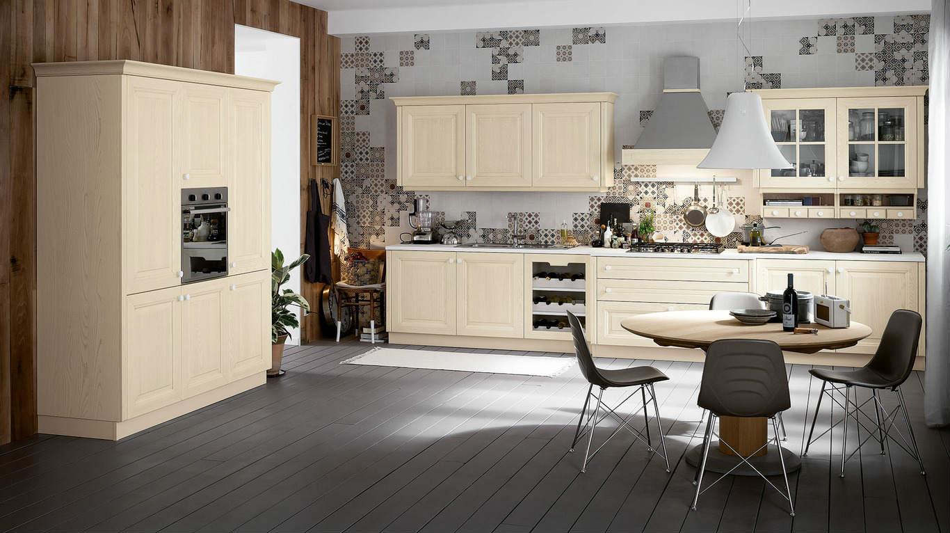 Cucina con mobili chiari di legno, pavimenti in legno e parete di piastrelle facendo disegno
