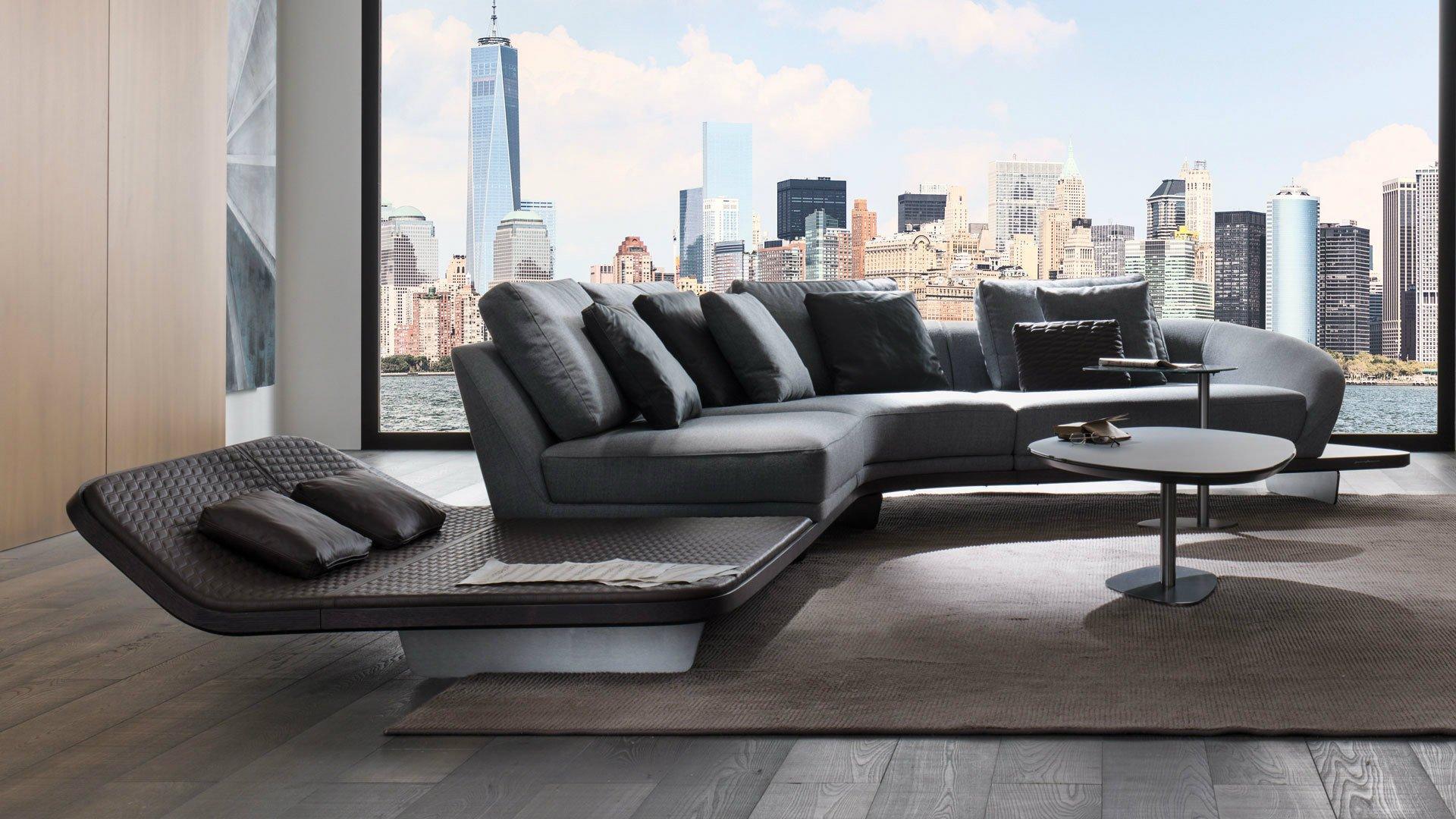 Grande sofà grigio e divan marrone accanto alla finestra panoramica, tavola bassa di duplice livello