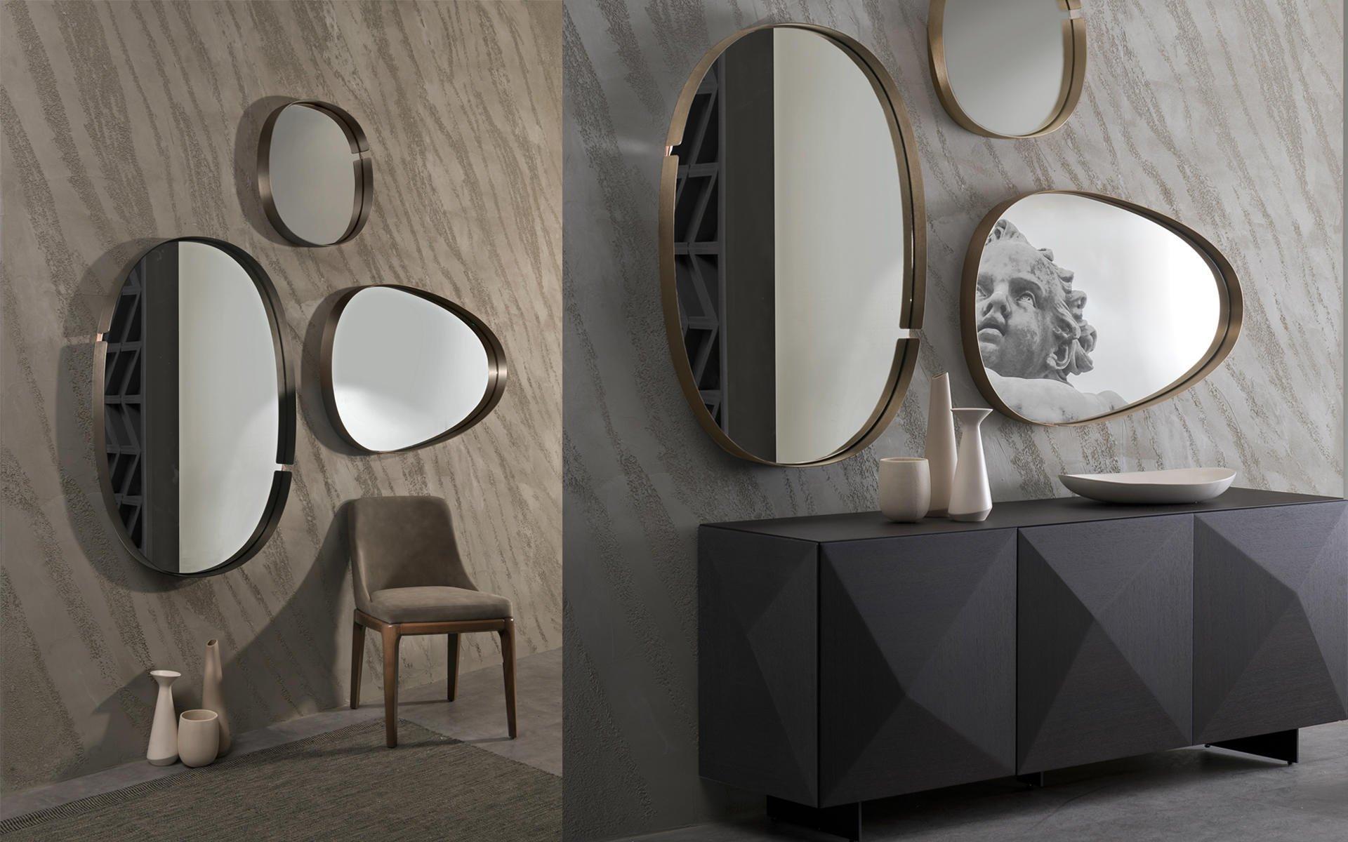 Gruppo di specchi di differenti forme,mobile nero con evidenza