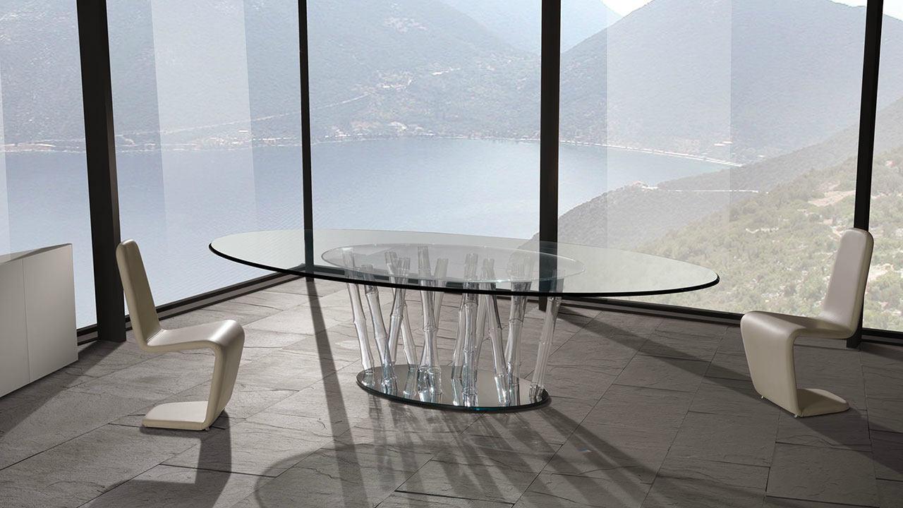 Originali sedie a forma di  interrogazione, tavola ovale di vetro con gambe di bambù dipinto