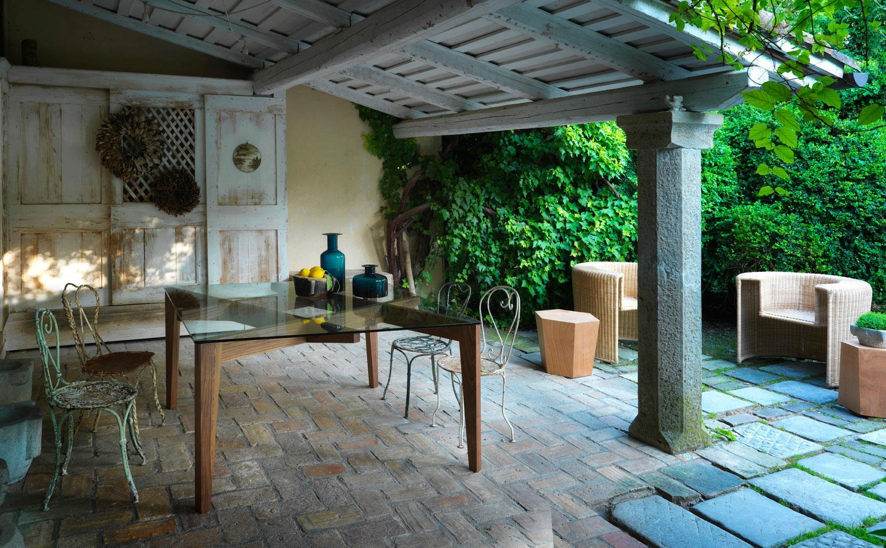 Terrazza, porte scorrevoli di legno,tavola di vetro e di legno