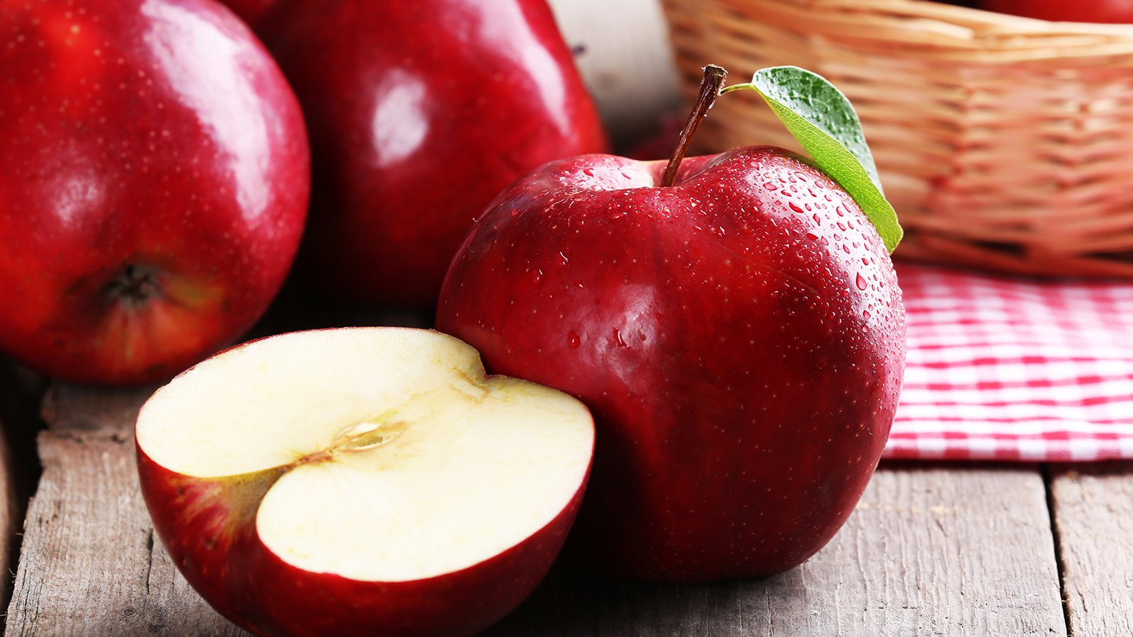 Mele rosse con foglie verdi e Apple Slice