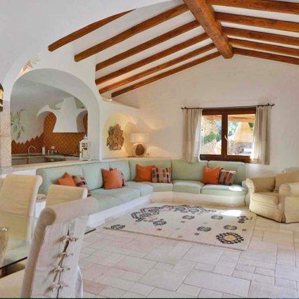 vista di una stanza con soffitto in legno