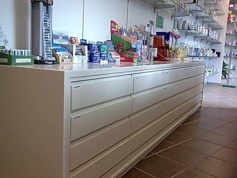 bancone di una farmacia