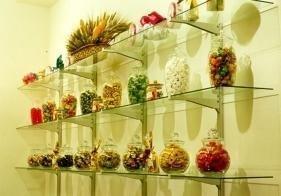 assortimento biscotti dentro dei vasi appoggitati su degli scaffali