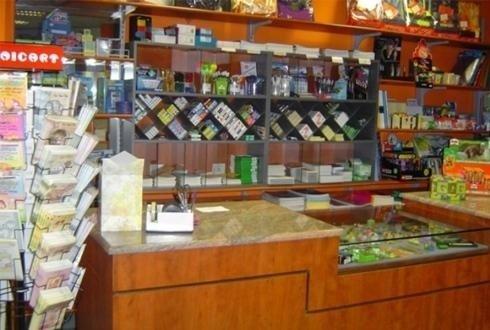 bancone tabaccheria con esposizione prodotti