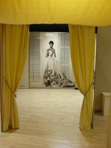 palco con immagine di Audrey Hepburn