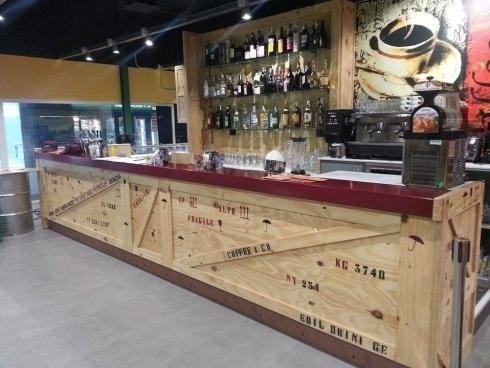 bancone bar di un ristorante in legno
