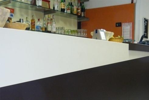vista dal basso del bancone di un bar