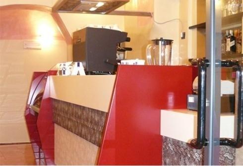 vista angolare di una bancone di un bar con macchina espresso
