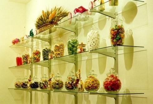 assortimento biscotti dentro dei vasi posti su scaffali