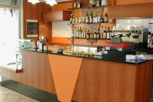 bar con arredamento in legno