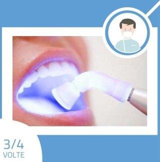 dentista sbianca denti di una paziente
