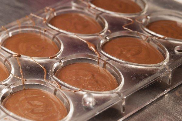uova di cioccolato in preparazione