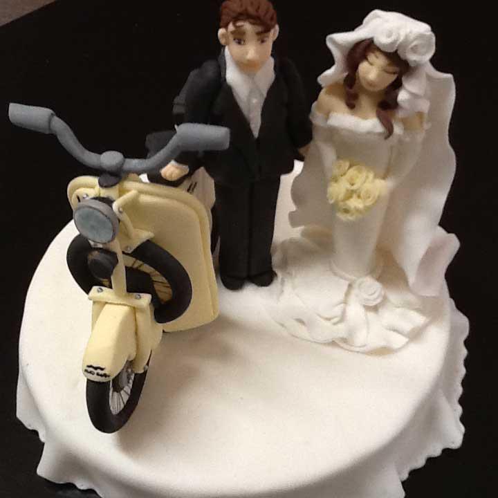 torta matrimonio con rappresentazione sposi e motorino in pasta di zucchero