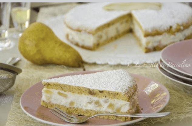 un piatto con sopra una fetta di torta alle pere