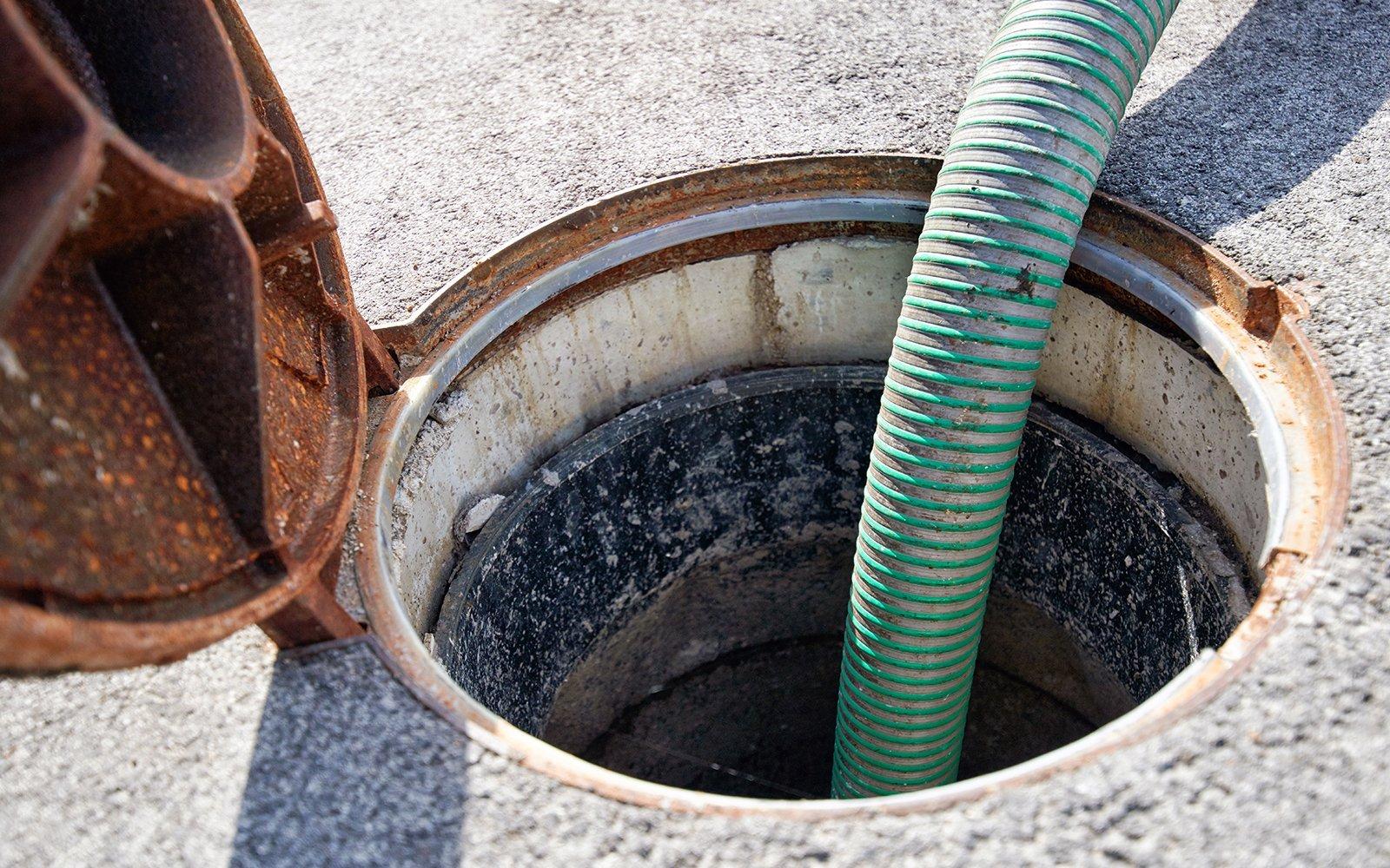 Tubo all'interno di una fossa settica per la loro pulizia