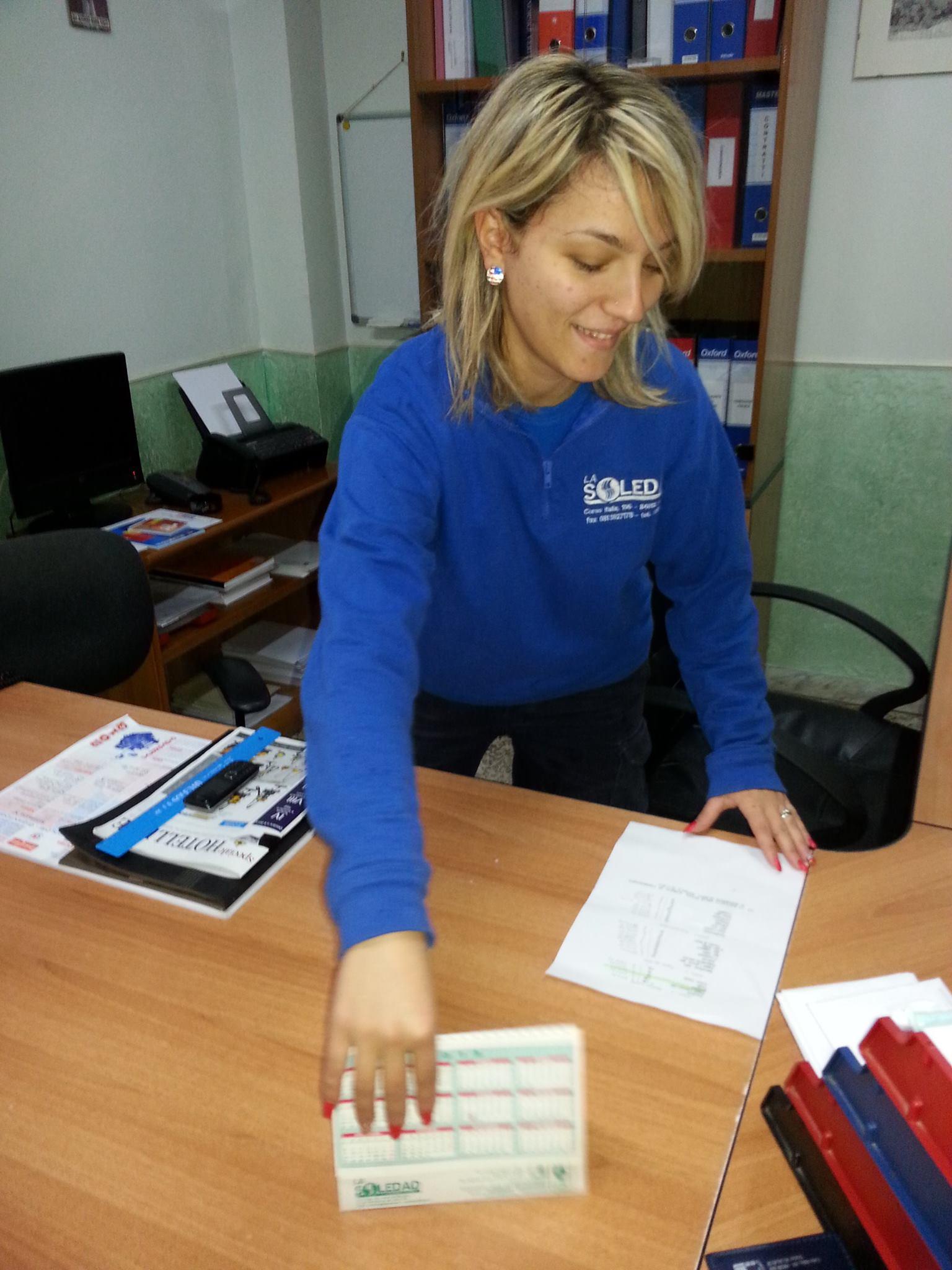 Ragazza con felpa blu mentre pulisce scrivania
