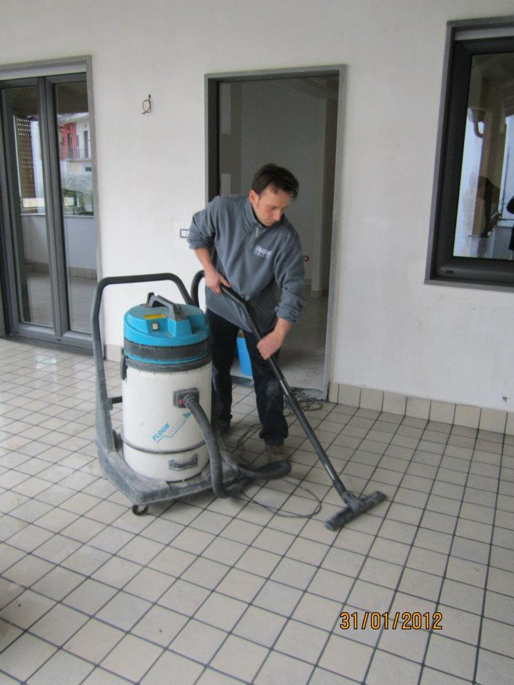 Uomo pulisce pavimento con apparecchiatura per la pulizia