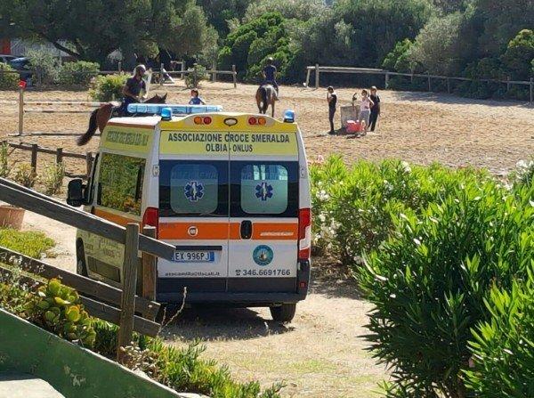 un'ambulanza e un recinto con dei cavalli