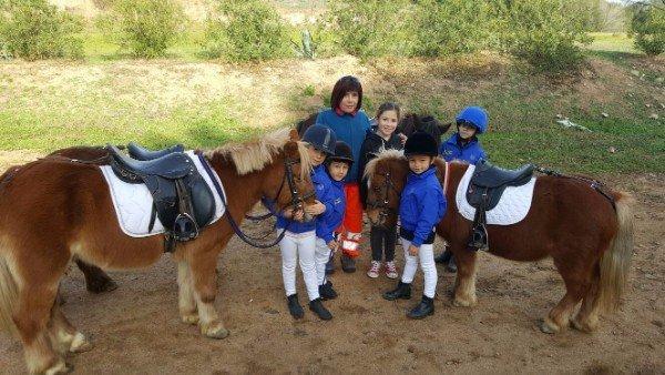 dei bambini con due Pony