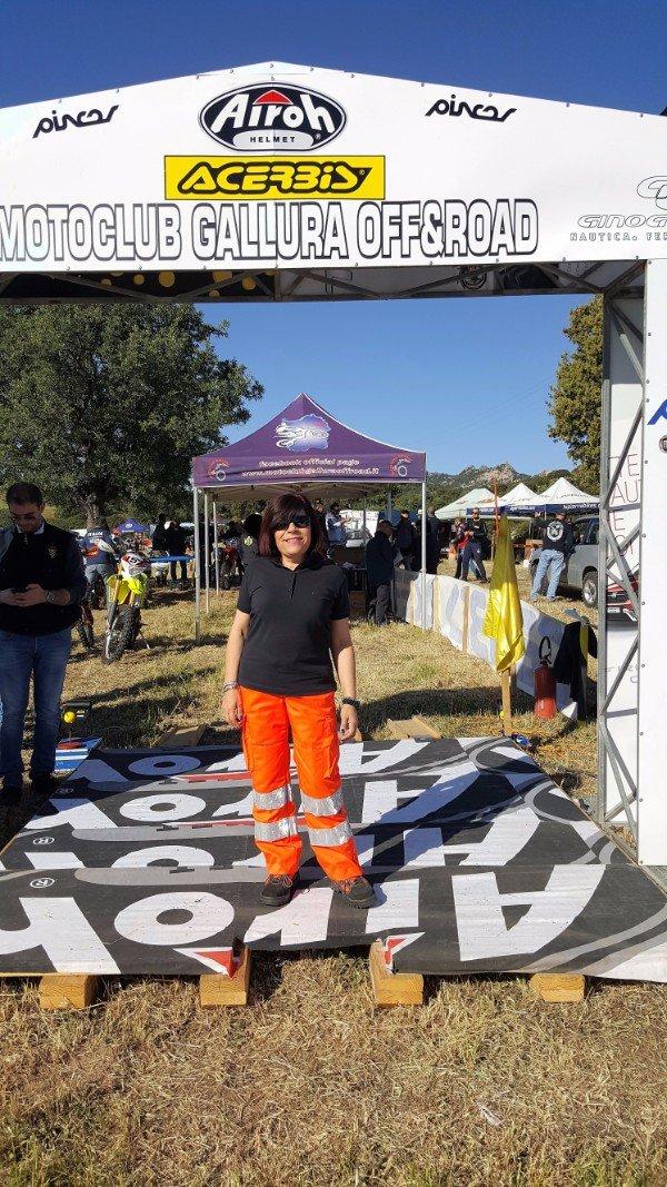 una soccorritrice in posa per una foto durante un raduno di moto