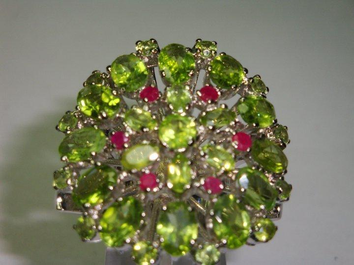 anello con pietre verdi