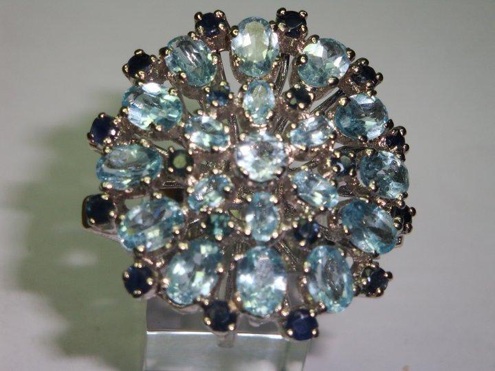 anello con pietre azzurre