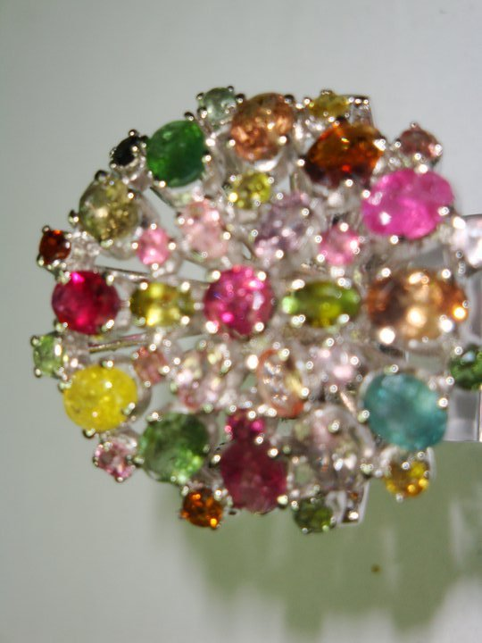 anello con composizione multicolore