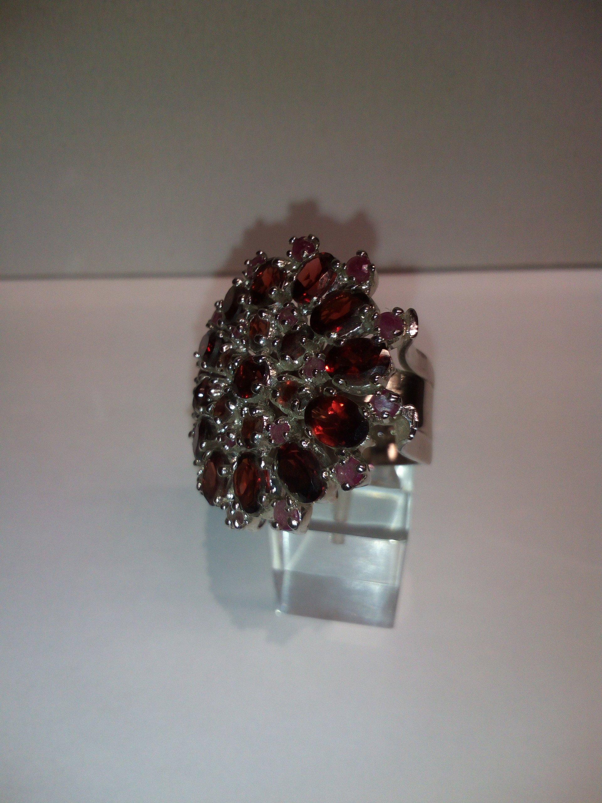 anello con pietre rosse
