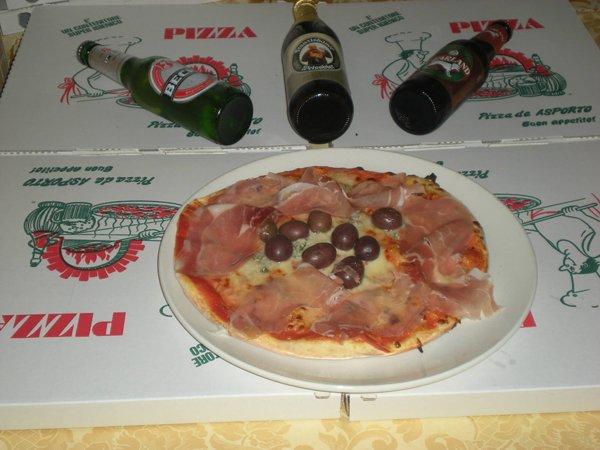 pizza con prosciutto crudo olive e tre birre