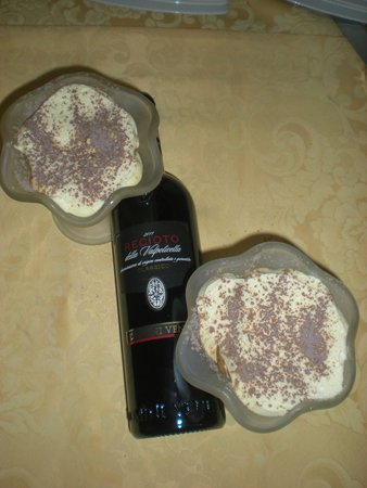 due coppe di mascarpone e bottiglia di vino