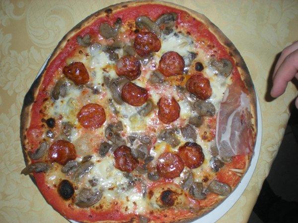 pizza con funghi e pomodorini