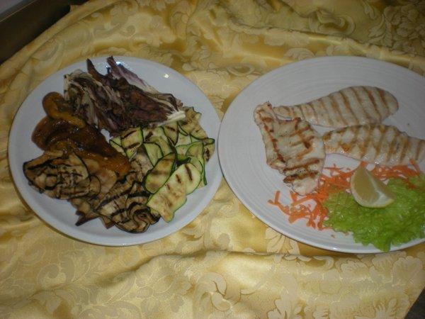 piatto di carne bianca e verdure alla griglia