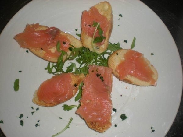 bruscette con salmone rucola e schizzi di aceto balsamico